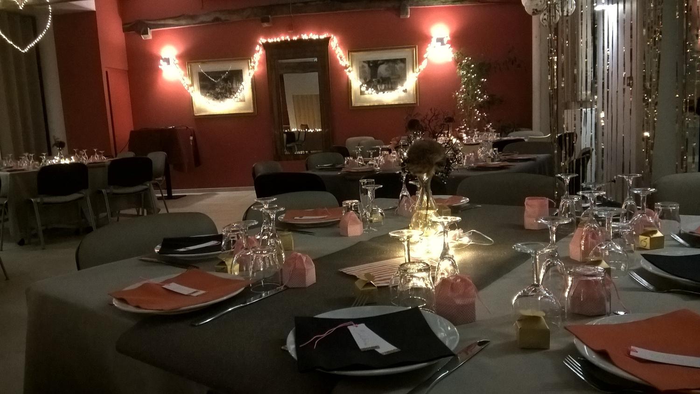 Tables dressées et décoration installée par La Croisée, matériel de La Croisée et personnalisé