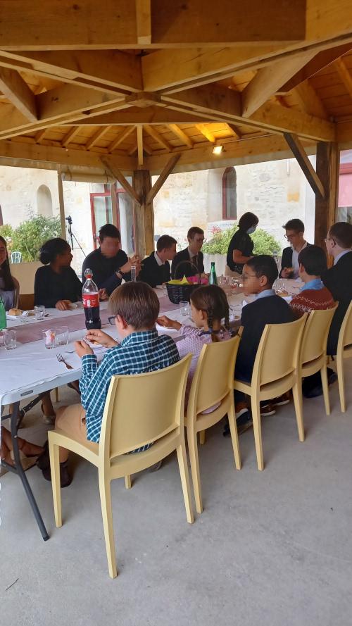 salle-reception-oise-repas-veranda-jeunes-exterieurs-lacroiseedespossibles